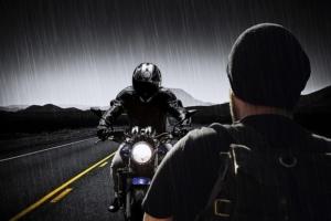 regen motorrad fahrer
